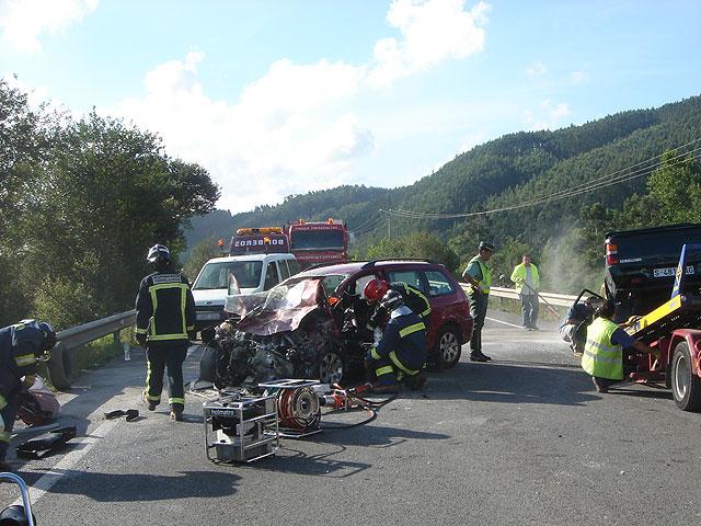 bomberoa actuando en un accidente de carretera