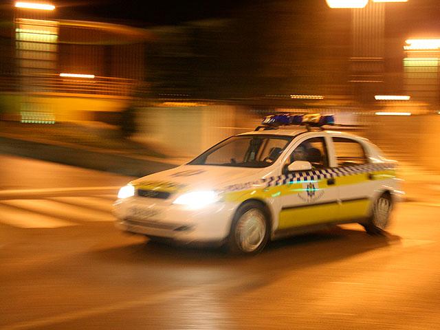 coche de policia municipal, noche