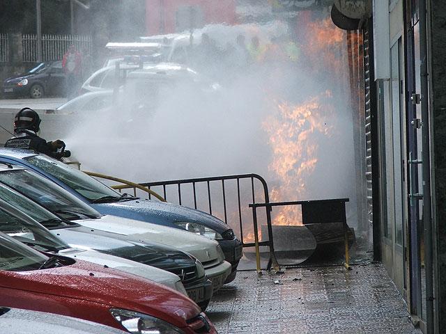 bombero apagando un incendio, humo, llamas
